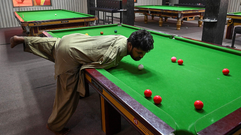 Born without arms, Muhammad Ikram masters the game of  Snooker!