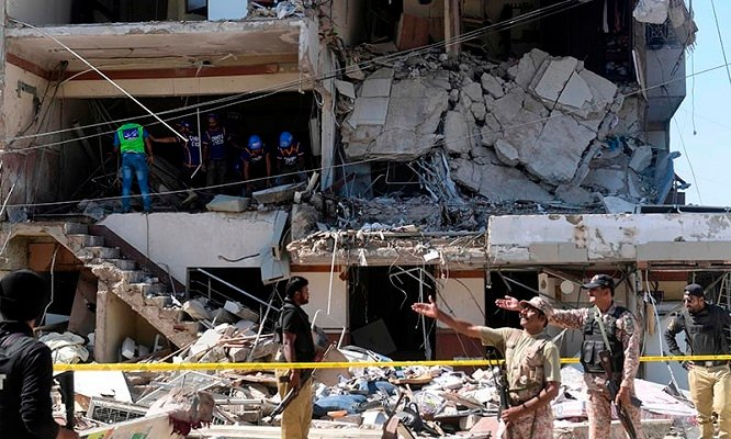 Explosion in Karachi. 5 dead, 20 injured as blast rips through building . Rescue forces can be seen in picture.
